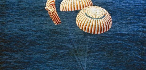 Parachutes bij de landing van de Apollo 15 in 1971