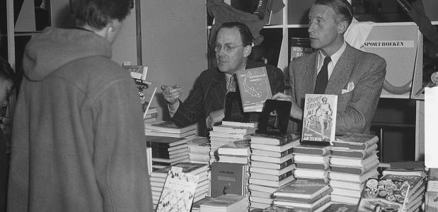 Boekenverkoop in Bijenkorf tijdens de boekenweek van 1951. Geschiedenis van de boekenweek.