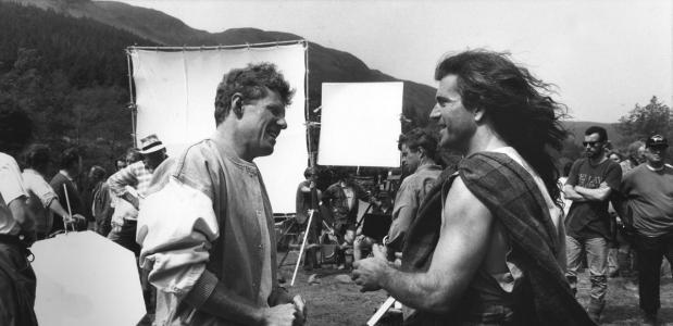 Scott Neeson en Mel Gibson op de set van 'Braveheart', 1995. Bron: Wikimedia Commons.