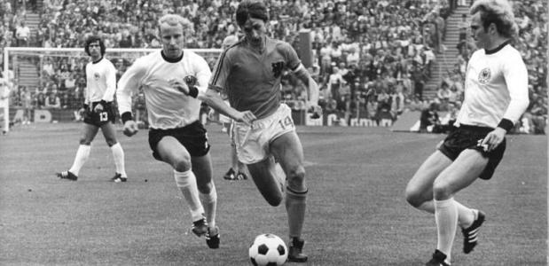 Johan Cruijff in de WK-finale van 1974 (Wikimedia Commons)