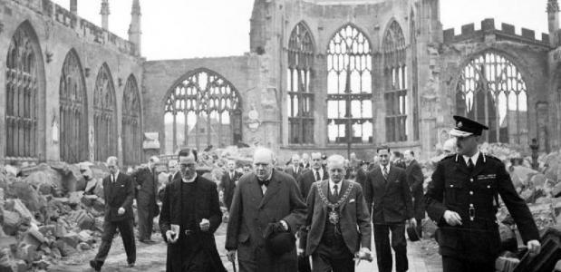 Churchill bezoekt de ruïnes van de kathedraal van Coventry
