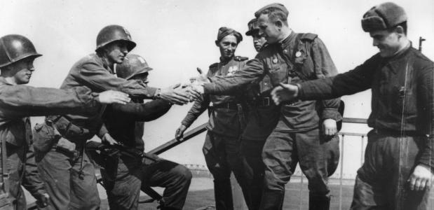 Ontmoeting Russische en Amerikaanse soldaten Elbe