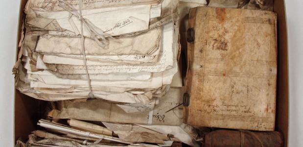 Een doos vol met brieven en objecten uit de 'Prize Papers'-collectie. Bron: Huygens ING.