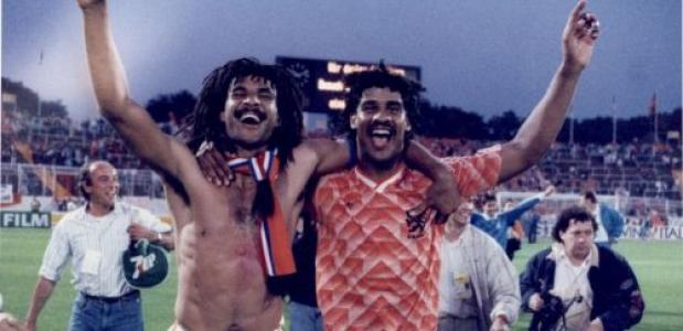 Ruud Gullit en Frank Rijkaard na de overwinning van de halve finale van het EK, 1988. Bron: Nationaal Archief Anefo.