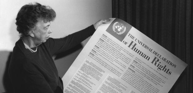 Eleanor Roosevelt met de Universele Verklaring van de Rechten van de Mens.