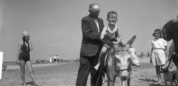 Ezelrit op het Scheveningse strand, 1950. Bron: Nationaal Archief Anefo [2.24.01.09].