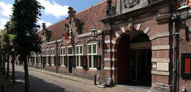 De toegang van het Oudemannenhuis, sinds 1913 het Frans Hals Museum.