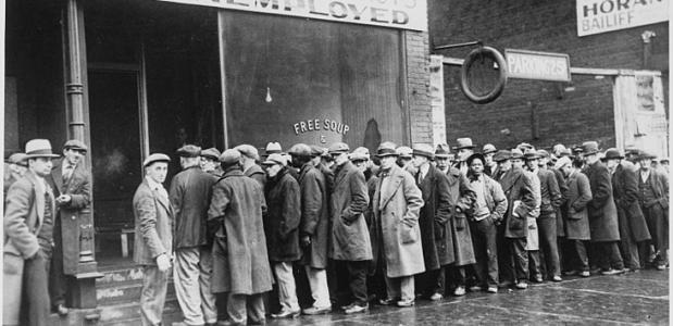 1931: Werkloze mannen staan in de rij voor de gaarkeuken, opgesteld door Al Capone. Bron: Wikimedia Commons.