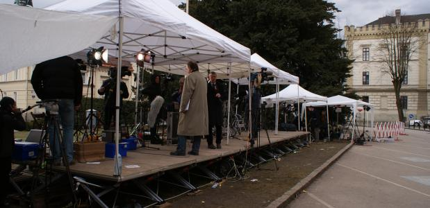 Journalisten buiten de rechtzaal waar de Fritzl-zaak plaatsvindt