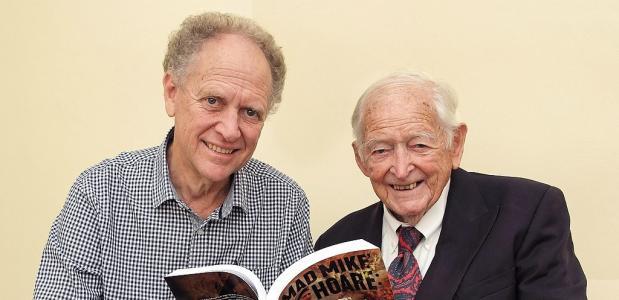 Voormalig huurling Michael Hoare met het boek over zijn belevenissen in Congo en de Seychellen