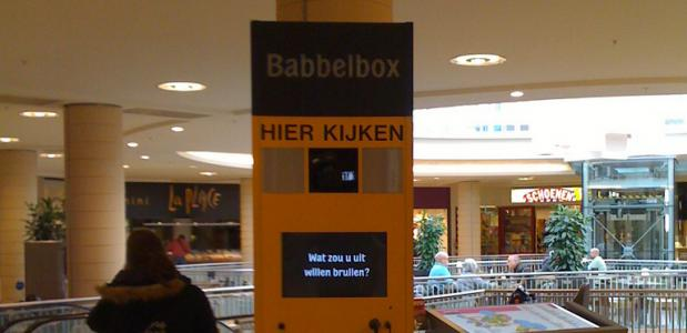 Babbelbox man bijt hond