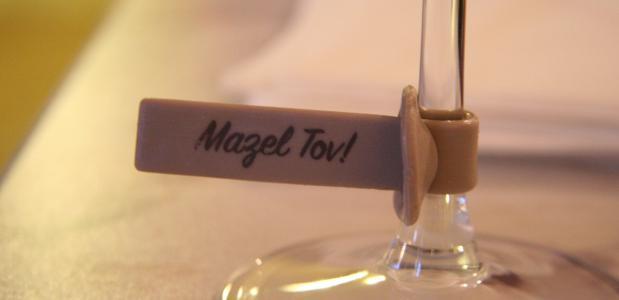 Mazel tov op een wijnglas