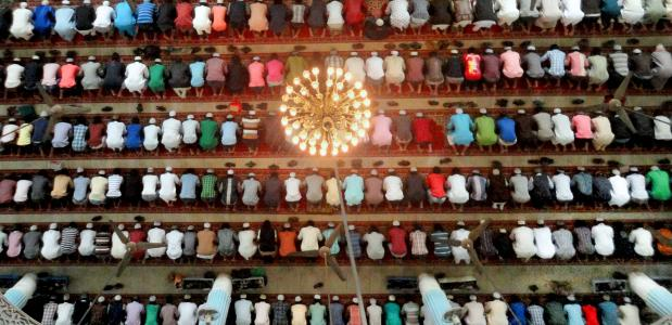 Moslims bidden in moskee in Banglaseh