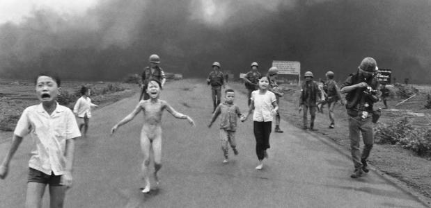 De historische foto van een napalmaanval vlakbij Trang Bang, met 9-jarige Kim Phuc zonder kleren.