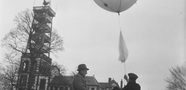 Een ballon wordt opgelaten bij het KNMI in De Bilt
