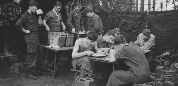 Soldaten zijn aan het eten tijdens een legeroefening in Duitsland, 12 oktober 1961. Bron: Eric Koch, Nationaal Archief Anefo.