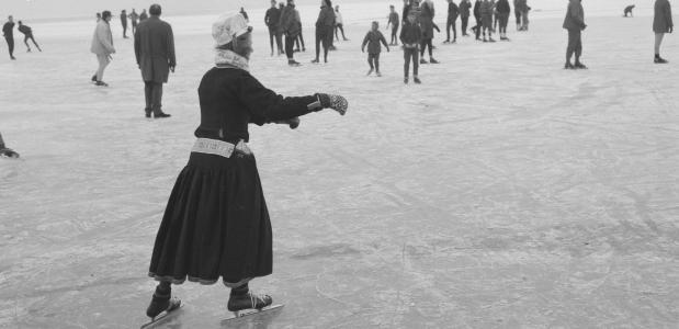 Een jeugdige Marker reed een scheve schaats op de Gouwzee. Bron: Nationaal Archief Anefo.