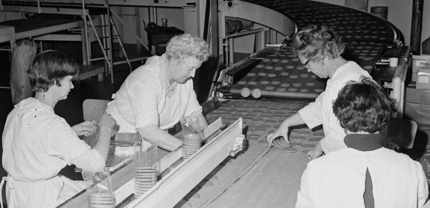 Getrouwde vrouwen aan het werk aan lopende band bij Albert Heyn