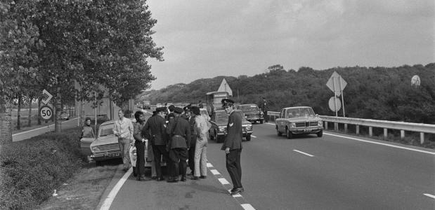 De Nederlandse politie houdt auto's aan op wegen naar Den Haag.