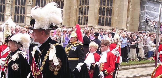 Koningin Elizabeth, Soeverein van de Orde, samen met de Hertog van Edinburgh in de optocht naar de  Sint Georgekapel.