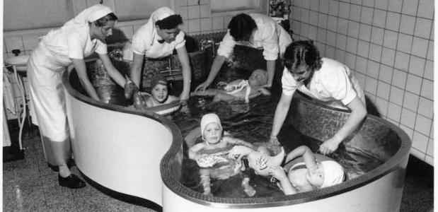 Poliopatiëntjes in het vlinderbad in het Maastrichtse Ziekenhuis Sint Annadal.