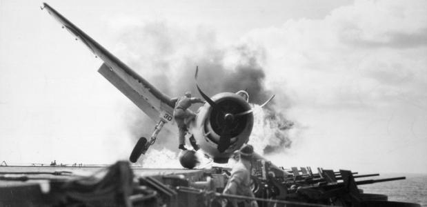 Een F6F vliegtuig stort neer op de USS Enterprise