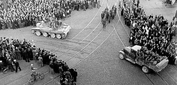 Sovjet BT Tank met een truck en troepen in het centrum van Riga, 1940.