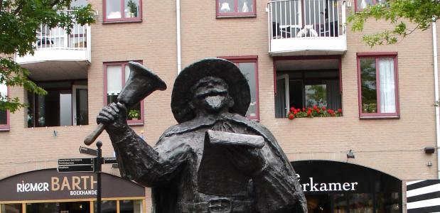 Standbeeld van een stadsomroeper in Meppel