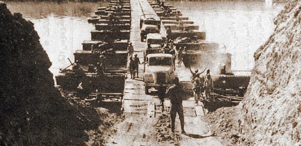 Het Egyptische leger steekt het Suezkanaal over tijdens de Jom Kipoeroorlog. Bron: Wikimedia Commons.