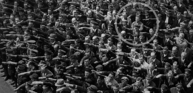 Blohm & Voss 1936. één man weigert de Hitlergroet te geven. Dit is waarschijnlijk August Landmesser óf Gustav Wegert.