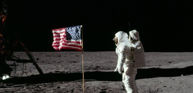 Buzz Aldrin salueert voor de vlag