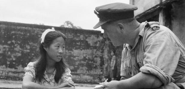 Een Chinees troostmeisje wordt onderbraagd door een Britse officier.