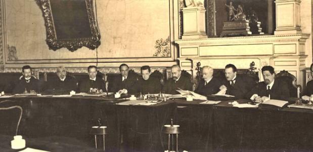 De Russische Revolutie begon in 1917 toen Rusland een anarchie werd nadat tsaar Nicolaas II aftrad.