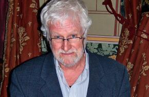 Jan Kruis signeert een Jan, Jans en de Kinderenboek (Wikimedia Commons)