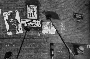 De lijsttrekker van SDAP, J.W. Albarda, plakt een verkiezingsposter aan in Amsterdam, 1933.