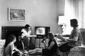 Het aantal televisies groeide vanaf de jaren vijftig snel, waardoor de tv-omroepster in korte tijd populair werd.