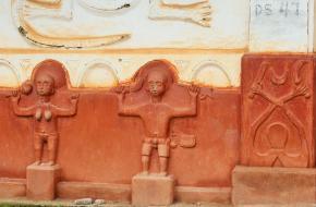 Versieringen van een West-Afrikaanse tempel.