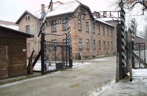 Auschwitz geopend vernietigingskamp