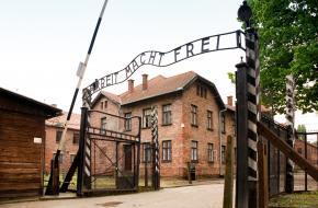 De poorten van Auschwitz.
