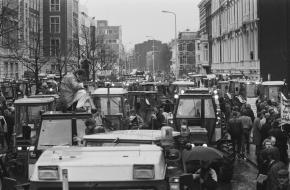 Demonstrerende boeren bezetten Den Haag in maart 1989.