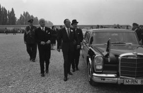 Prins Bernhard bij een Mercedes-Benz 600 Pullman