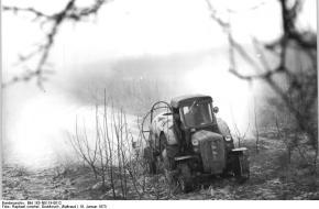 Duitse appelboomgaard nabij Leipzig wordt bespoten, 1973. Deutsches Bundesarchiv
