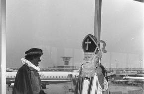 Sint en Piet wachten in 1967 op het vliegtuig naar Canada.