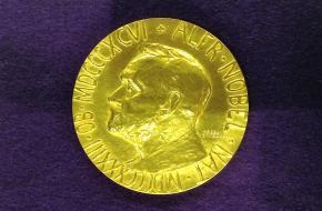 De medaille die wordt uitgereikt bij de toekenning van een Nobelprijs.