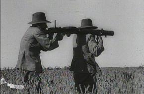 Twee soldaten schieten emoes neer met Lewis geweren, 1932. Bron: Wikimedia Commons.