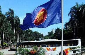 ASEAN Vlag, By Hariboneagle927, via Wikimedia Commons