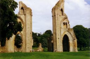 In het Engelse stadje Glastonbury ligt Avalon, een mysterieus oord waarin alleen spirituelen terecht kunnen komen.