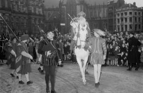 De intocht van Sinterklaas in Amsterdam in 1953.