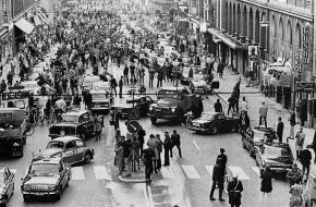De straat Kungsgatan in de Zweedse hoofdstad Stockholm waar vanaf dit moment alleen nog maar rechts gereden mocht worden