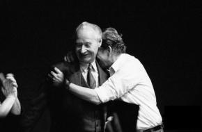 Václav Havel omarmt Alexander Dubček op 24 november 1989